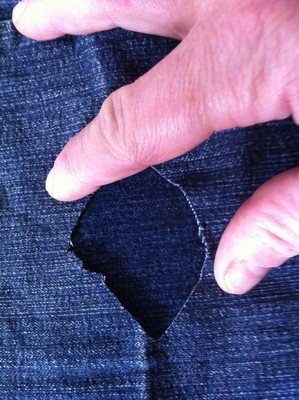 Vintage-Patch Jeans Reverse Repair Position fabric underneath hole carefully small