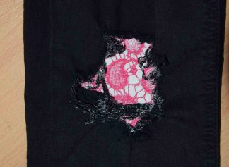 Vintage-Patch Jeans Repair Reverse Repair Undercover Patch Pink Lace Effect on Black Denim Jeans